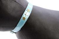 Luxusní kožený obojek pro kočky BOBBY – modrý se zlatými hvězdami. Klasické zapínání s bezpečnostní gumou, univerzální velikost (3).