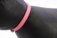 Luxusní kožený obojek pro kočky BOBBY – růžový s reflexními prvky. Místo na vepsání adresy, klasické zapínání s bezpečnostní gumou, univerzální velikost (3).