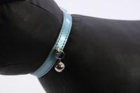 Luxusní kožený obojek pro kočky BOBBY – perleťově modrý s rolničkou. Klasické zapínání s bezpečnostní gumou, univerzální velikost (3).