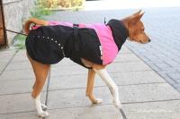 Luxusní zimní obleček pro fenky poskytující dokonalý teplotní a pocitový komfort. Voděodolná membrána, bohatá tepelná izolace, hebká ripstop podšívka. Barva růžovočerná (2).