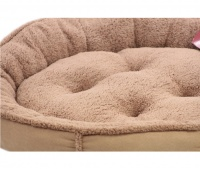 Měkký nadýchaný pelíšek pro psy vykládaný kožíškem. K dispozici ve dvou velikostech – S (58 cm) a M (68 cm), lze ho prát v pračce na 30 °C. (2)