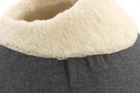 Originálně tvarovaný pelíšek pro kočky vykládaný huňatou kožešinkou, který si vaše kočka zamiluje. Výška pelíšku 30 cm, průměr 45 cm. (2)