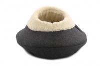 Originálně tvarovaný pelíšek pro kočky vykládaný huňatou kožešinkou, který si vaše kočka zamiluje. Výška pelíšku 30 cm, průměr 45 cm. (3)