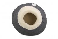 Originálně tvarovaný pelíšek pro kočky vykládaný huňatou kožešinkou, který si vaše kočka zamiluje. Výška pelíšku 30 cm, průměr 45 cm. (4)