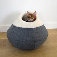 Originálně tvarovaný pelíšek pro kočky vykládaný huňatou kožešinkou, který si vaše kočka zamiluje. Výška pelíšku 30 cm, průměr 45 cm. (6)