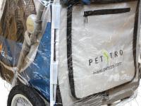 Pláštěnka proti dešti určená na kočárek pro psy PetStro SAFARI. Snadné nasazení a upevnění pomocí suchých zipů, zakrývá celý kočárek. (6)