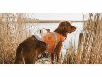 Funkční plovací vesta pro psy HURTTA s dokonalým střihem, ultralehkými plováky a robustní rukojetí pro vyzvednutí psa z vody. Barva oranžová, vzor CAMO.