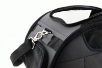 Příruční taška na psy do letadla schválená většinou leteckých společností. Polstrovaný pás pro nošení přes rameno, tvar držící materiál EVO, rozměry 45 × 27 × 25 cm. (9)