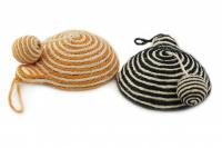 Jednoduchá hračka/škrabadlo pro kočky s balonkem vyrobené ze sisalu. Poutko na zavěšení, rozměry 21 × 8 cm, výběr barev.