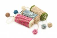 Jednoduché škrabadlo-hračka pro kočky se dvěma chrastícími balonky. Ideální na broušení drápků, materiál sisal, průměr hračky 13 cm.