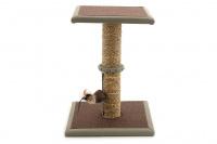 Jednoduché škrábadlo pro kočky se sloupkem opleteným přírodní mořskou trávou, vyvýšenou plošinou a zavěšenou hračkou. Rozměry 35 × 35 × 47 cm. (2)