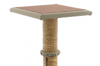 Jednoduché škrábadlo pro kočky se sloupkem opleteným přírodní mořskou trávou, vyvýšenou plošinou a zavěšenou hračkou. Rozměry 35 × 35 × 47 cm. (3)