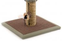 Jednoduché škrábadlo pro kočky se sloupkem opleteným přírodní mořskou trávou, vyvýšenou plošinou a zavěšenou hračkou. Rozměry 35 × 35 × 47 cm. (4)