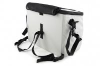 Luxusní box-taška na psa k připevnění na řídítka. Pevná stabilní konstrukce, jednoduché uchycení pomocí nylonových popruhů, vpředu kapsa na zip, možnost přenášení přes rameno. Maximální nosnost 10 kg, rozměry 40 × 25 × 30 cm. (10)
