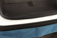 Luxusní box-taška na psa k připevnění na řídítka. Pevná stabilní konstrukce, jednoduché uchycení pomocí nylonových popruhů, vpředu kapsa na zip, možnost přenášení přes rameno. Maximální nosnost 10 kg, rozměry 40 × 25 × 30 cm. (14)