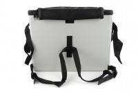 Luxusní box-taška na psa k připevnění na řídítka. Pevná stabilní konstrukce, jednoduché uchycení pomocí nylonových popruhů, vpředu kapsa na zip, možnost přenášení přes rameno. Maximální nosnost 10 kg, rozměry 40 × 25 × 30 cm. (9)