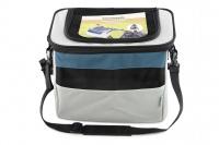 Luxusní box-taška na psa k připevnění na řídítka. Pevná stabilní konstrukce, jednoduché uchycení pomocí nylonových popruhů, vpředu kapsa na zip, možnost přenášení přes rameno. Maximální nosnost 10 kg, rozměry 40 × 25 × 30 cm.