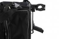 Přepravní box-taška na psa k připevnění na řídítka. Vyztužený rám, měkké polstrování, reflexní prvky, kapsy na zip, možnost přenášení přes rameno. Nosnost 7 kg, rozměry 41 × 26 × 26 cm. (10)