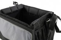 Přepravní box-taška na psa k připevnění na řídítka. Vyztužený rám, měkké polstrování, reflexní prvky, kapsy na zip, možnost přenášení přes rameno. Nosnost 7 kg, rozměry 41 × 26 × 26 cm. (12)