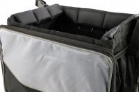 Přepravní box-taška na psa k připevnění na řídítka. Vyztužený rám, měkké polstrování, reflexní prvky, kapsy na zip, možnost přenášení přes rameno. Nosnost 7 kg, rozměry 41 × 26 × 26 cm. (15)