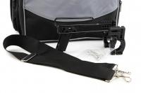 Přepravní box-taška na psa k připevnění na řídítka. Vyztužený rám, měkké polstrování, reflexní prvky, kapsy na zip, možnost přenášení přes rameno. Nosnost 7 kg, rozměry 41 × 26 × 26 cm. (8)