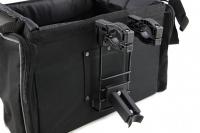 Přepravní box-taška na psa k připevnění na řídítka. Vyztužený rám, měkké polstrování, reflexní prvky, kapsy na zip, možnost přenášení přes rameno. Nosnost 7 kg, rozměry 41 × 26 × 26 cm. (9)