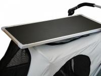 Upravovací stolek určený na velký kočárek pro psy PetStro SKYLINE. Jednoduché nasazení, bezpečné zajištění, protiskluzový strukturovaný povrch. 2