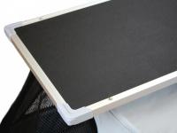 Upravovací stolek určený na velký kočárek pro psy PetStro SKYLINE. Jednoduché nasazení, bezpečné zajištění, protiskluzový strukturovaný povrch. 3
