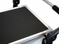 Upravovací stolek určený na velký kočárek pro psy PetStro SKYLINE. Jednoduché nasazení, bezpečné zajištění, protiskluzový strukturovaný povrch. 4