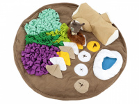 Čmuchací kobereček je skvělá interaktivní hra pro psy každého věku či velikosti. Nejlepší pamlsek je přeci ten, který si sami najdou! Kobereček kombinuje materiály a tvary úkrytů pro maximální zapojení psích smyslů. Průměr koberečku 70 cm. (2)