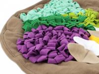 Čmuchací kobereček je skvělá interaktivní hra pro psy každého věku či velikosti. Nejlepší pamlsek je přeci ten, který si sami najdou! Kobereček kombinuje materiály a tvary úkrytů pro maximální zapojení psích smyslů. Průměr koberečku 70 cm. (4)