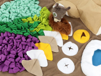 Čmuchací kobereček je skvělá interaktivní hra pro psy každého věku či velikosti. Nejlepší pamlsek je přeci ten, který si sami najdou! Kobereček kombinuje materiály a tvary úkrytů pro maximální zapojení psích smyslů. Průměr koberečku 70 cm. (7)