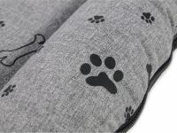 Praktická nepromokavá podložka pro psy PAWS s originálním vzorem. Voděodolný materiál, snadná údržba, výplň polyuretanová pěna. Barva šedá. (4)