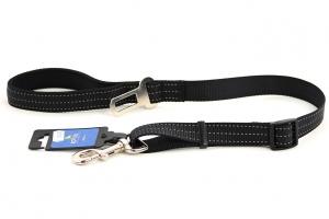 Velmi praktické, krátké vodítko pro psy s bezpečnostní spojkou k autopásu. Reflexní prošívání, nastavitelná délka 55–85 cm. Černé.