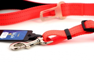 Velmi praktické, krátké vodítko pro psy s bezpečnostní spojkou k autopásu. Reflexní prošívání, nastavitelná délka 55–85 cm. Oranžové. (2)