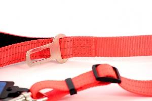 Velmi praktické, krátké vodítko pro psy s bezpečnostní spojkou k autopásu. Reflexní prošívání, nastavitelná délka 55–85 cm. Oranžové. (3)