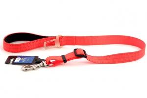 Velmi praktické, krátké vodítko pro psy s bezpečnostní spojkou k autopásu. Reflexní prošívání, nastavitelná délka 55–85 cm. Oranžové.
