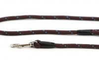 Provazové vodítko pro psy ROSEWOOD Rope Twist z pevného nylonu. Vodítko má kruhový průřez a je opatřené pevnou pochromovanou karabinou. Délka 1,55 m, barva tm. hnědá (2).