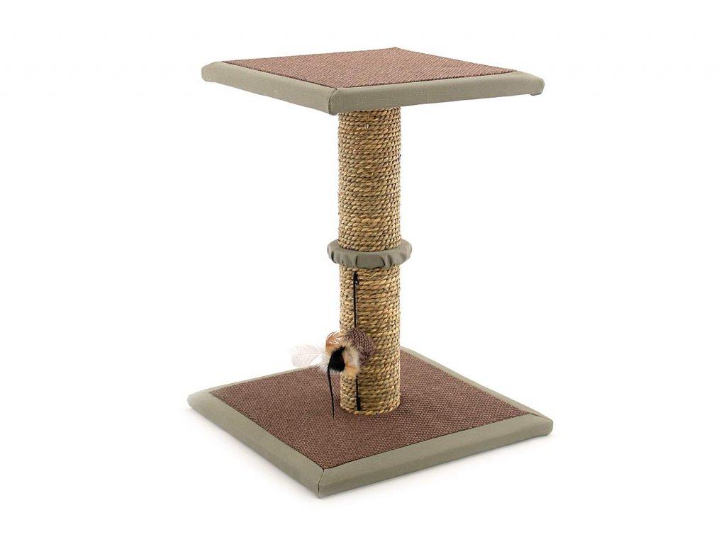 Jednoduché škrábadlo pro kočky se sloupkem opleteným přírodní mořskou trávou, vyvýšenou plošinou a zavěšenou hračkou. Rozměry 35 × 35 × 47 cm.