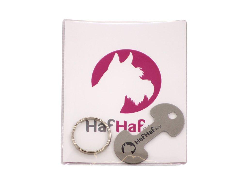 Malý a praktický přívěšek na klíče, který využije úplně každý – košíkovač k odemknutí nákupního vozíku. Zdobený decentním logem HafHaf-shop.