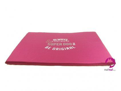 Podložka pro psy BOBBY Superdog v barvě bordó. Měkká molitanová výplň, rozměry 79 × 59 × 3 cm.