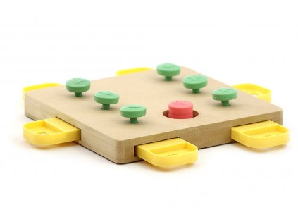 Interaktivní hračka pro psy podporující jejich mentální rozvoj. Dřevěná deska má hned 7 výřezů pro ukrytí pamlsků s jednoduchým systémem zajištění kolíčky.