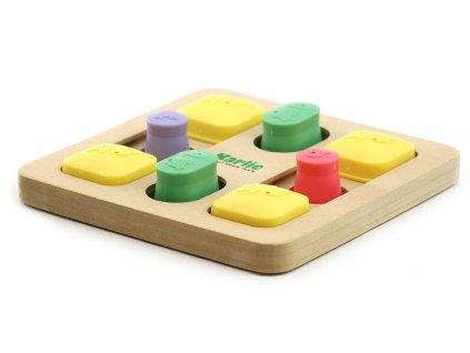 Interaktivní hračka pro psy podporující jejich mentální rozvoj. Dřevěná deska má originální systém posuvných a odklopných úkrytů pro pamlsky.