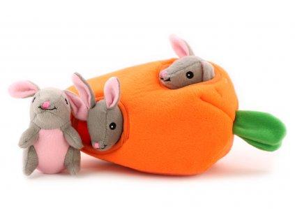 Plyšová hračka pro psy – dutá mrkev se třemi králíčky. Příjemný měkoučký materiál, ideální pro štěňata a menší plemena psů.