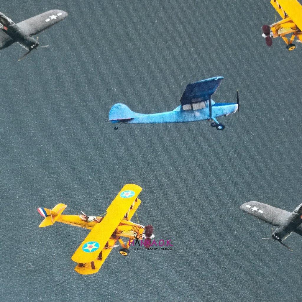 Úplet letadla na šedé střední