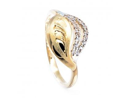 Zlatý prsten zdobený rytím a zirkony