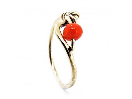Zlatý prsten s korálem B156