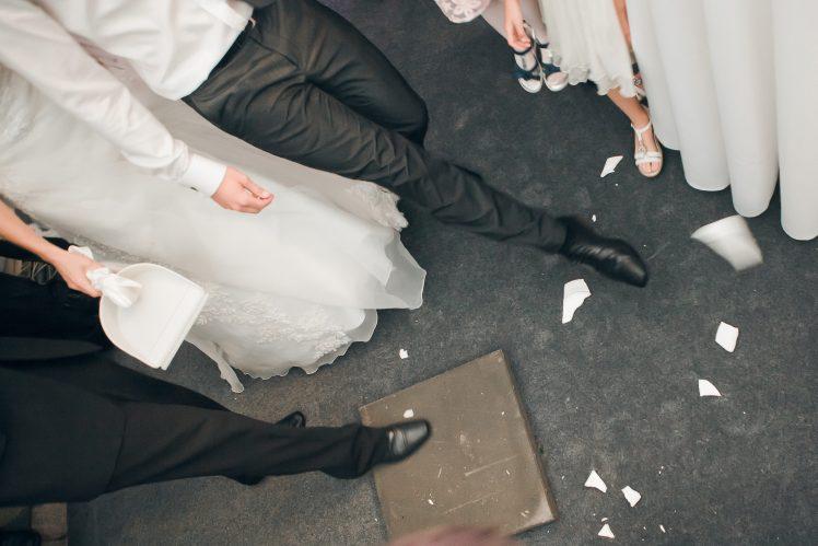 svadobne-zvyky-tradicie-zametanie-taniera-na-svadbe-foto-1