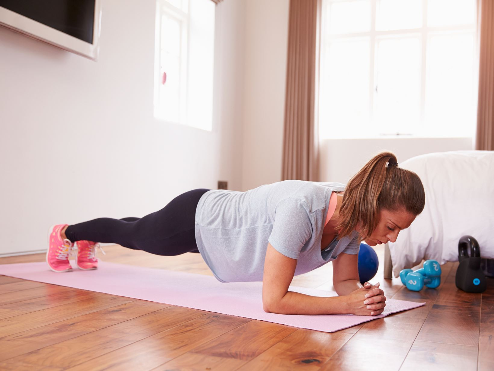woman-performing-plank