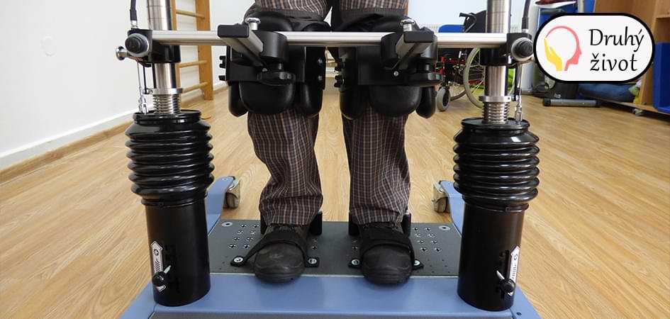 Upevnění nohou ve vertikalizačním stojanu